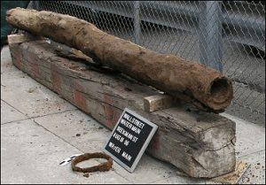 لوله چوبی اولیه که در واقع یک تنه توخالی درخت است، لوله آب